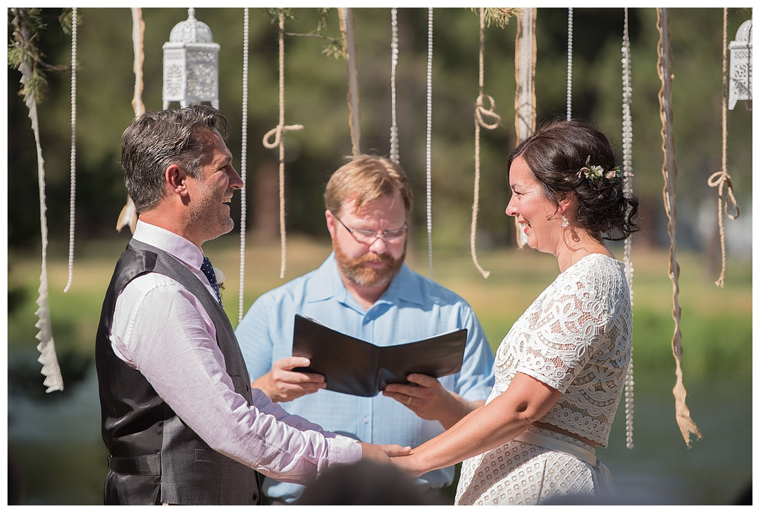 Intimate Bend, Oregon wedding along the banks of the Deschutes River